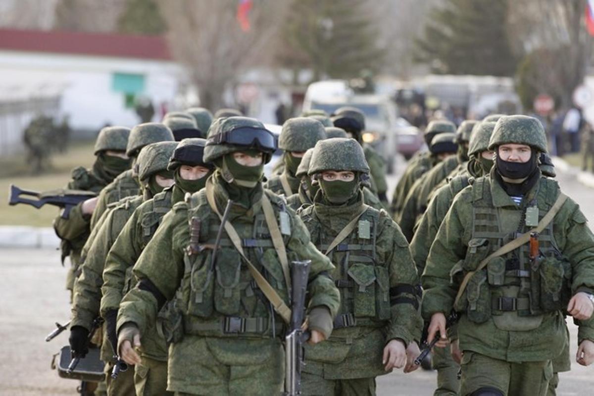 Tropas uniformadas sin identificar desfilan cerca de Simferopol, en Crimea, este lunes.