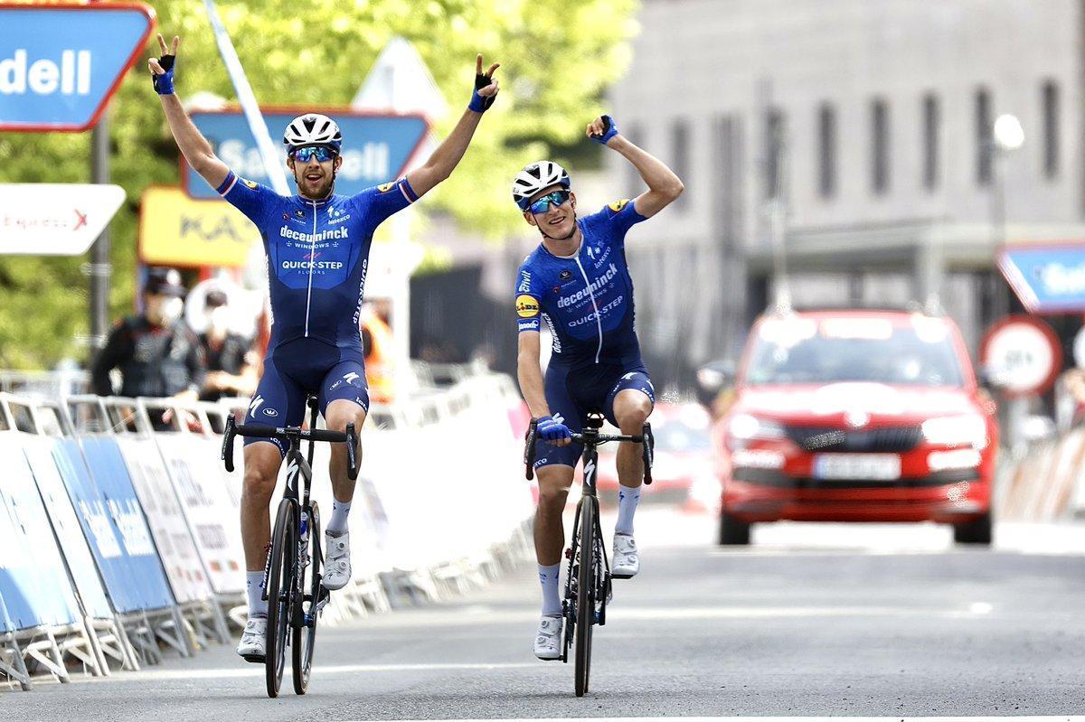 Honoré, a la derecha, gana la etapa mientras su compañero Cerny levanta los dos brazos.