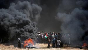 Quema de neumáticos en Gaza, en una jornada sangrienta.