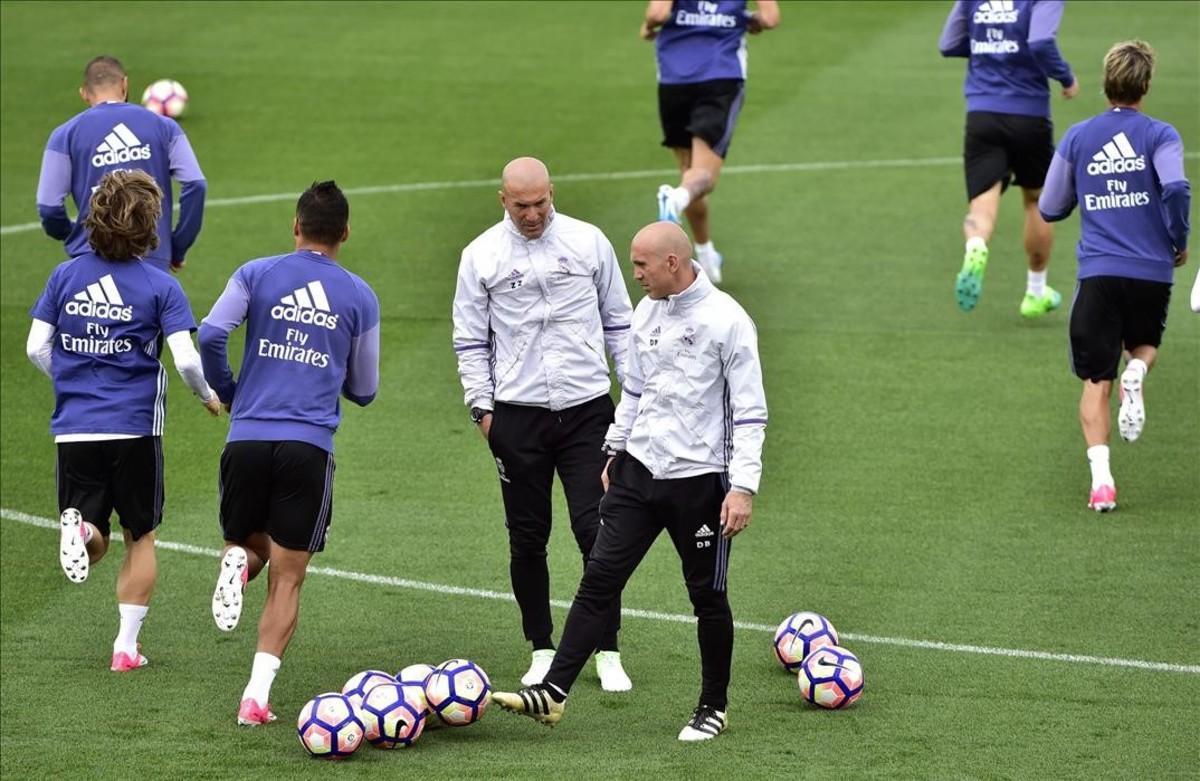 Zidane y su segundo, Bettoni, durante el entrenamiento de este viernes en Valdebebas.
