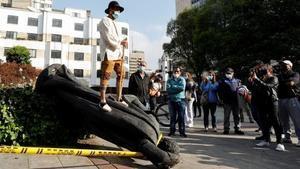 Indígenas Misak derriban la estatua de Gonzalo Jiménez de Quesada, en el centro de la ciudad - Efe