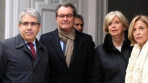 Francesc Homs junto a Artur Mas, Irene Rigau y Joana Ortega a las puertas del Tribunal Supremo, en febrero del año pasado.