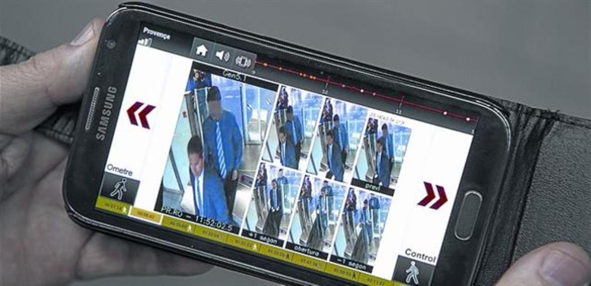 El interventor Antonio Pazo muestra su móvil con la alerta y las imágenes de la infracción simulada.