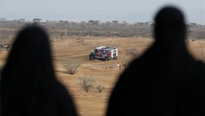 Dos lugareños asisten al shakedown del Dakar en Jeddah este viernes.