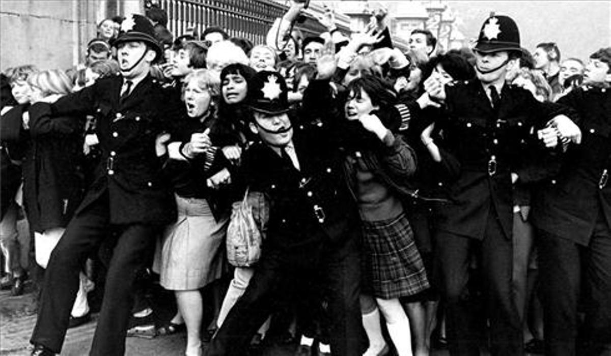 Los 'bobbies' contienen la avalancha de fans de Beatles, en los 60.