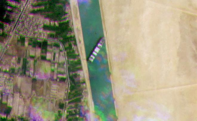 Atasco histórico en el Canal de Suez al quedarse bloqueado un barco