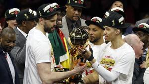 Marc Gasol y Danny Green, con el trofeo de campeones de la NBA.