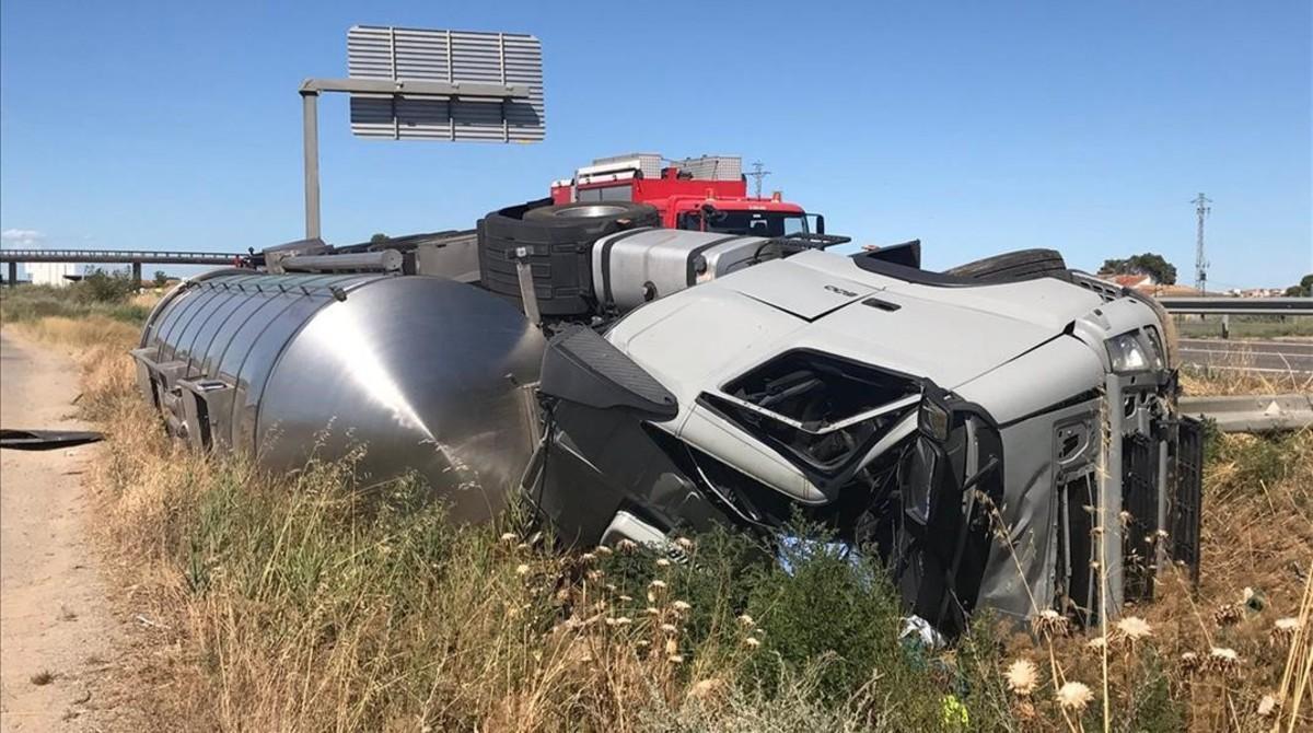 Un camión volcado tras chocar contra una grúa y un coche en Alcarràs (Lleida).
