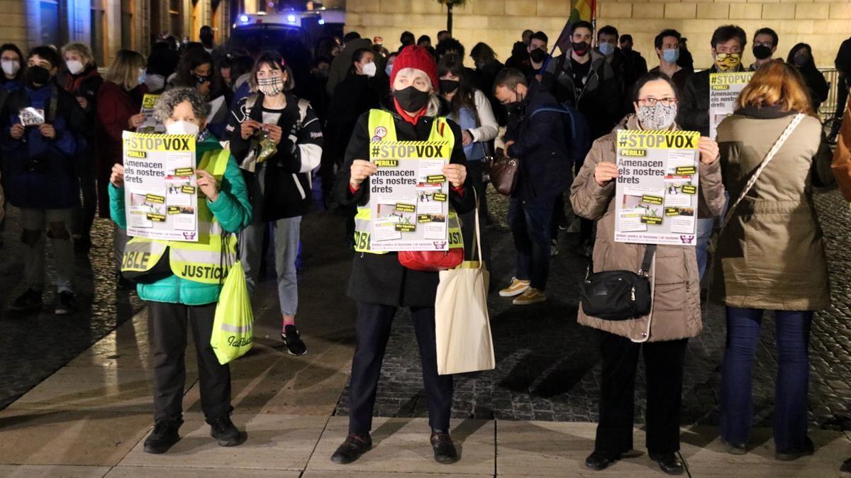 Un centenar de persones es manifesten a la placa Sant Jaume contra l entrada de Vox al Parlament el 15 de febrer del 2021  (Horitzontal) Miquel Codolar ACN