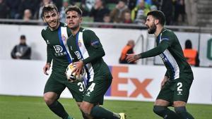 Melendo, en el centro, celebra su gol entre Campuzano y Pipa.