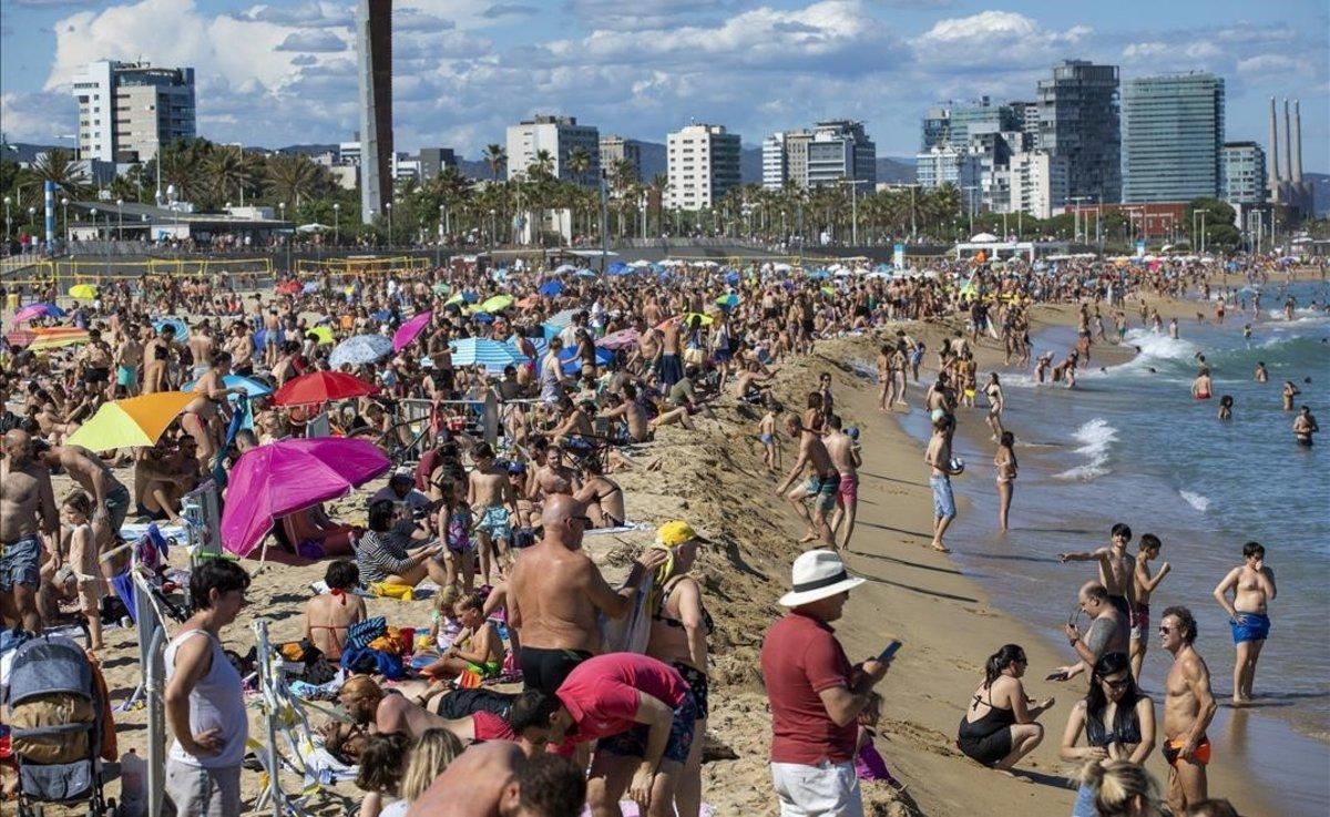 Ambiente en la playa de Barcelona, el sábado por la tarde.