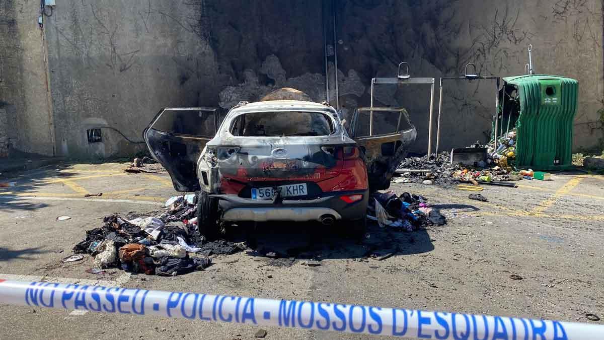 El domicilio de L'Escala en el que un hombre ha asesinado a su mujer y se ha suicidado. En la imagen, el cochede la víctima, quemado.