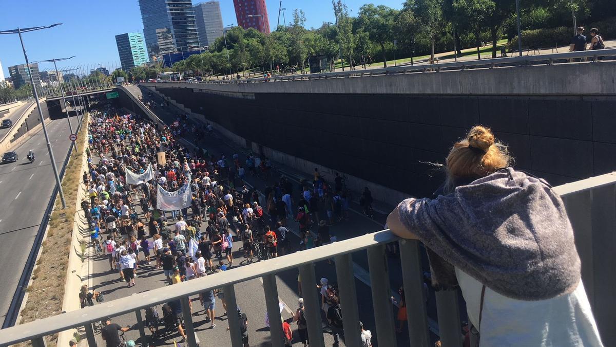 Manifestación contra la ampliación del aeropuerto de El Prat recorriendo la Gran Vía a la altura de L'Hospitalet