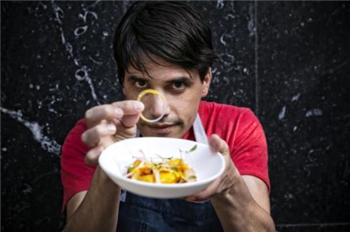 Virgilio Martínez, el mejor chef peruano (restaurante Central, en Lima), con un ceviche.