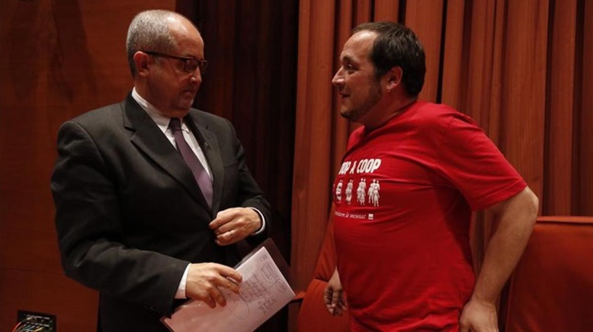 David Fernàndez, con una camiseta a favor del cooperativismo, el día en que el 'conseller' Felip Puig compareció en la 'comisión Pujol', el 7 de abril.