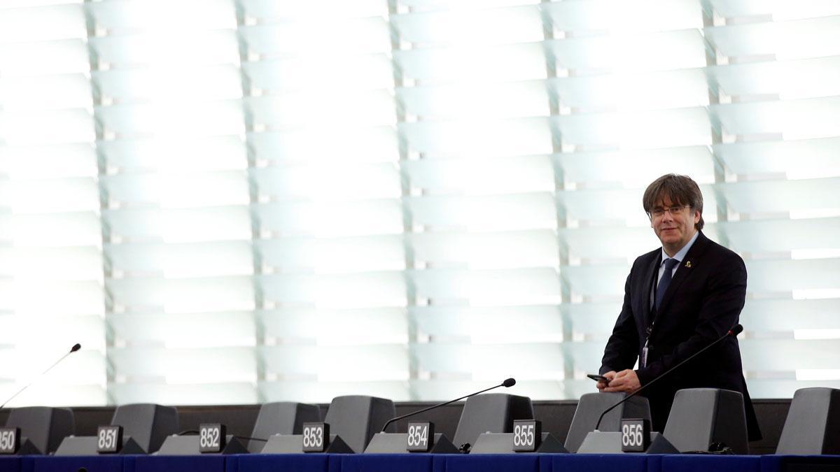 Puigdemont pregunta al PSOE si votará con Vox por el suplicatorio.