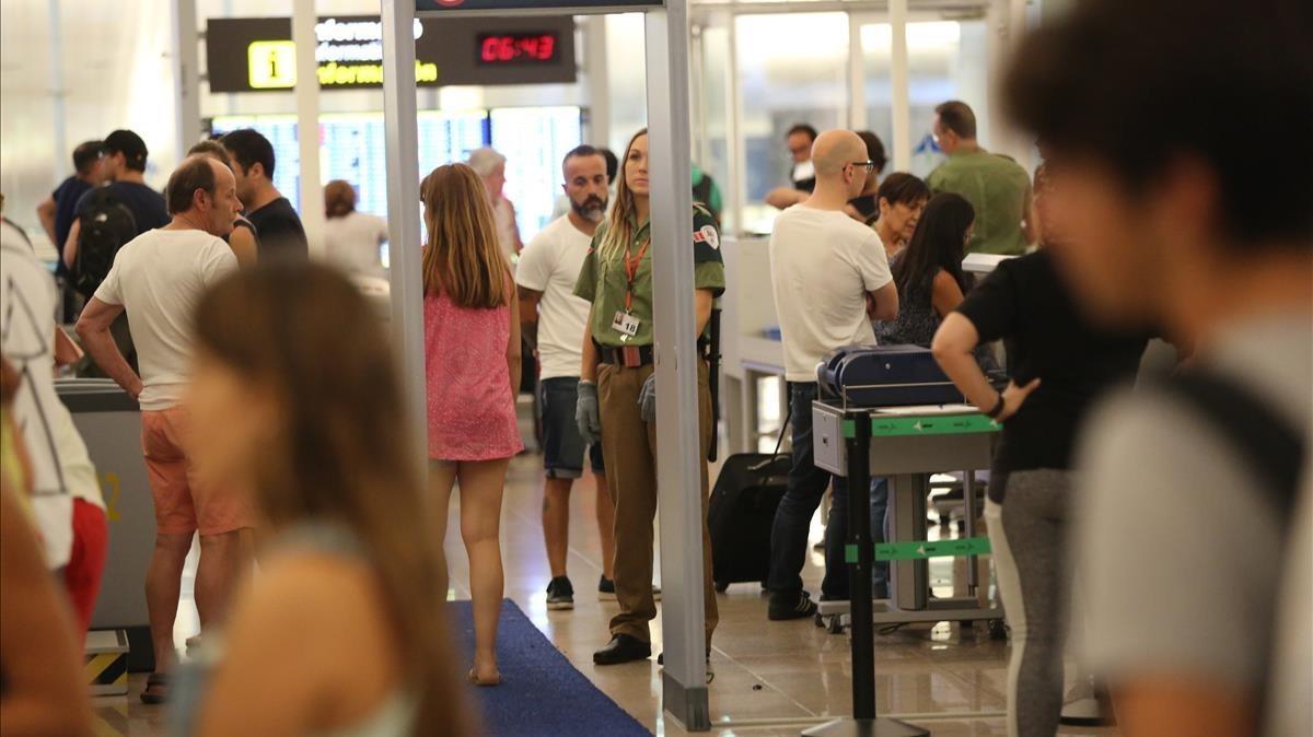 Control de pasajeros en la Terminal 1 del aeropuerto de Barcelona.