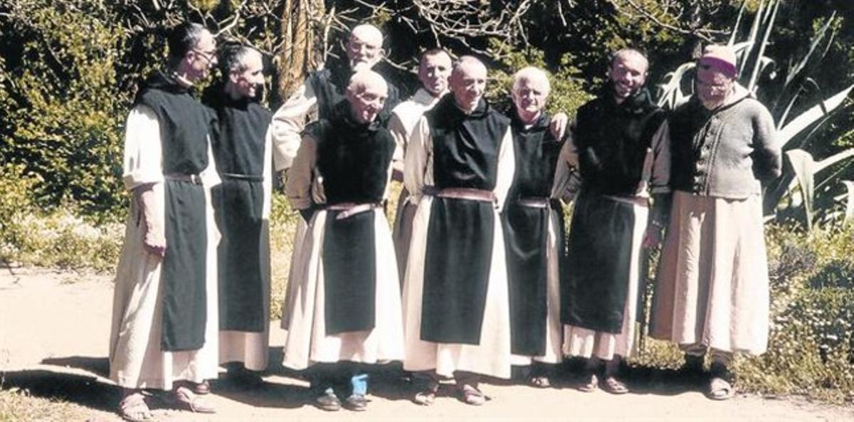 las víctimas. En esta foto de 1989 aparecen seis de los siete monjes que fueron asesinados en el confuso caso que dos décadas después todavía se está investigando. A la izquierda, el autor de este artículo.