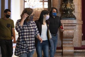 Eulàlia Reguant (CUP), Marta Vilalta (ERC) y Francesc de Dalmases (Junts), tras la reunión del miércoles en el Parlament que señaló una frágil tregua.