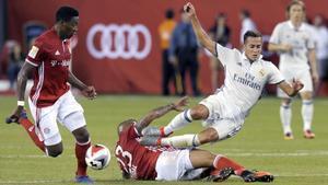 El madridista Lucas Vázquez es derribado por Vidal en presencia de Alaba.