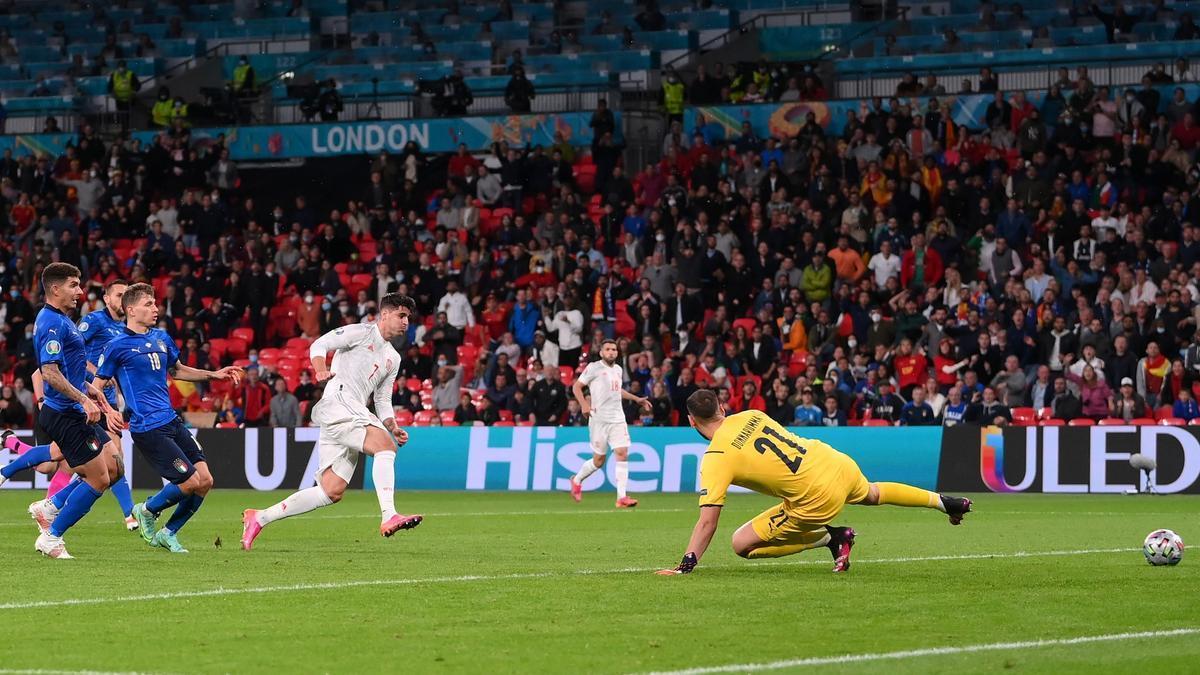 Morata engaña a Donnarumma en la jugada del empate.