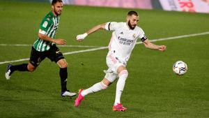 El madridista Benzema intenta un remate en el partido contra el Betis.