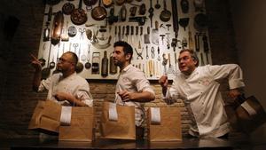 Takeshi Somekawa, Adrià de Pablo y Albert, con el 'delivery' del restaurante Dos Pebrots.