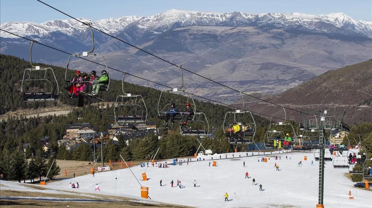 Esquiadores en la estación de La Molina