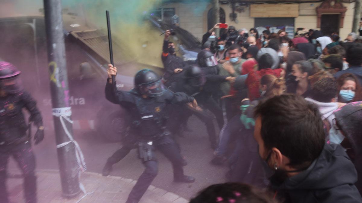 Tensión en el desalojo del Bloc Llavors, en Barcelona.