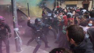 El desallotjament de tres activistes del Poble Sec complica l'estrena d'Aragonès