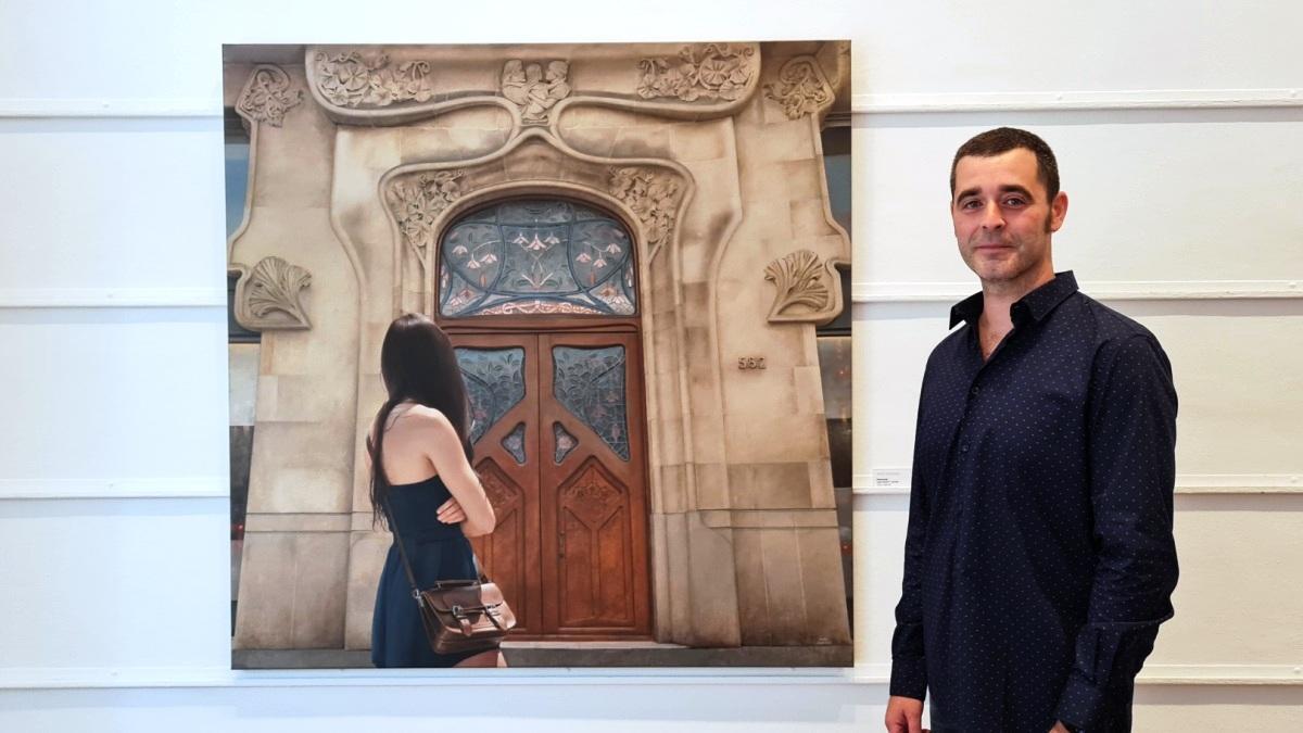 El autor, Marc Figueras, junto al cuadro 'Maternité'.