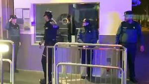 Diverses patrulles de l'Ertzaintza homenatgen la Guàrdia Civil a Vitòria després de morir un segon agent