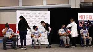 Estudiantes reciben la vacuna contra el covid, en Brentwood (Nueva York).