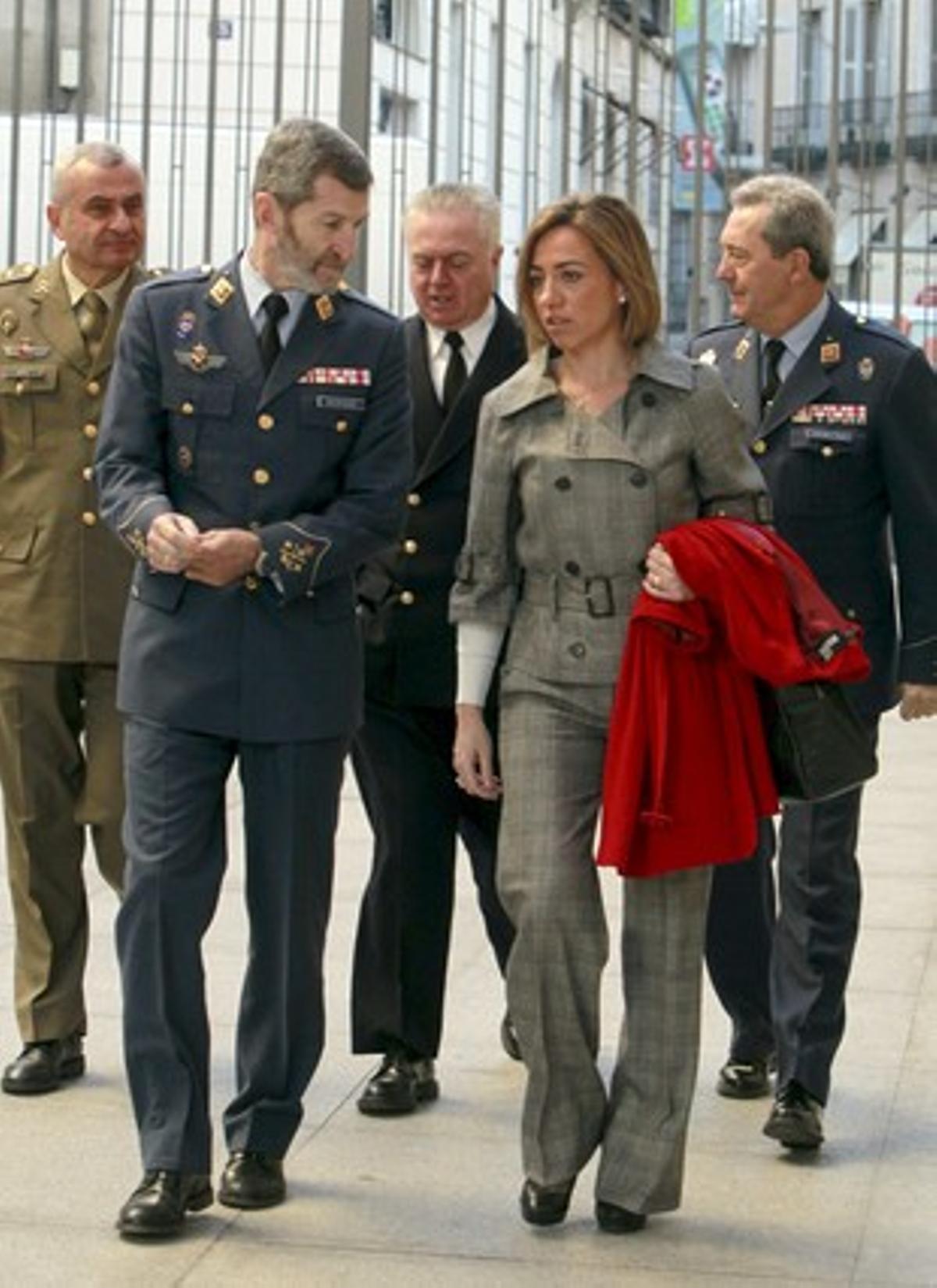 Carme Chacón llega al Congreso con el jefe del Estado Mayor de la Defensa, José Julio Rodríguez, y otros mandos militares.
