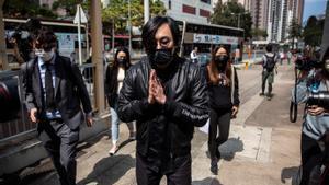 El acrivista Mike Lam a su llegada este domingo a una comisaría de Hong Kong.
