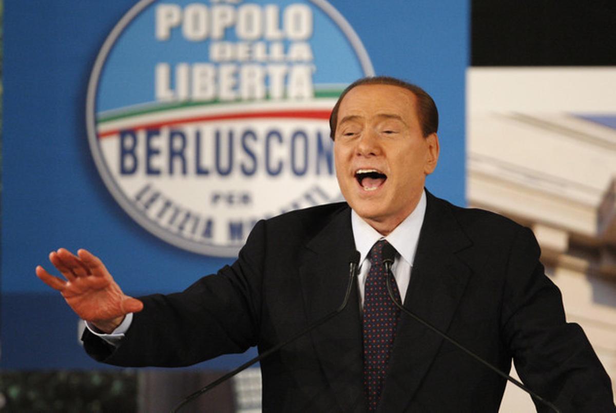 El primer ministro italiano, Silvio Berlusconi, cantaNostalgia de Milán, durante un mitin en Milán.