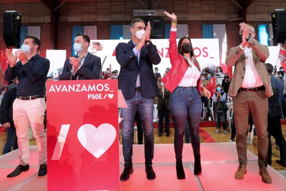 El presidente del Gobierno y secretario general del PSOE, Pedro Sánchez, junto a los secretarios autonómico y provincial socialistas, Luis Tudanca (i) y Javier Alfonso Cendón (2i), y la diputada Nuria Rubio (2d), durante el mitin del partido celebrado este 10 de octubre de 2021 en Ponferrada, León.