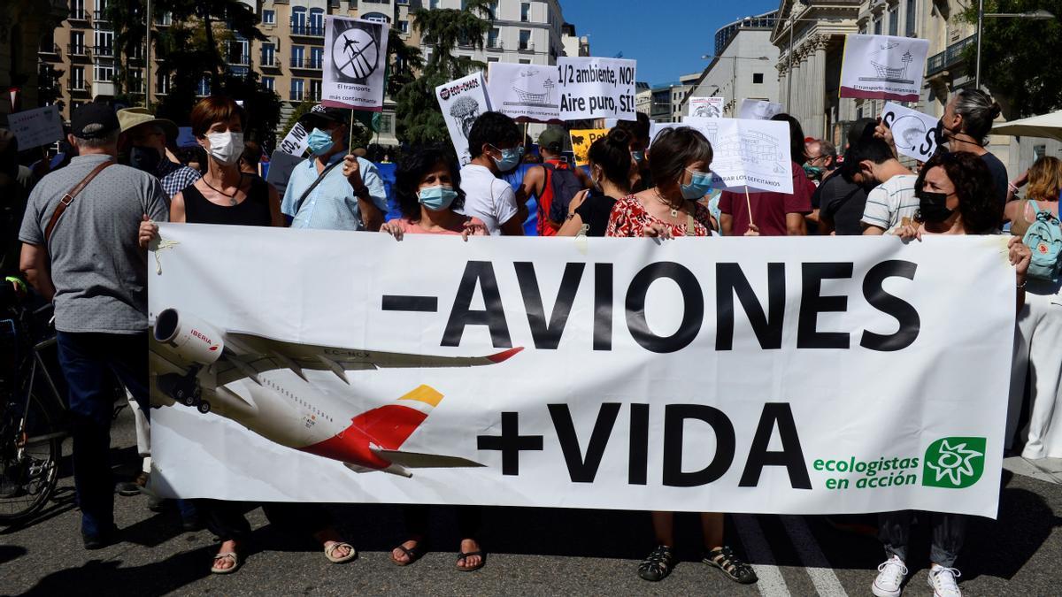 Cientos de personas protestan en Madrid contra la ampliación de Barajas
