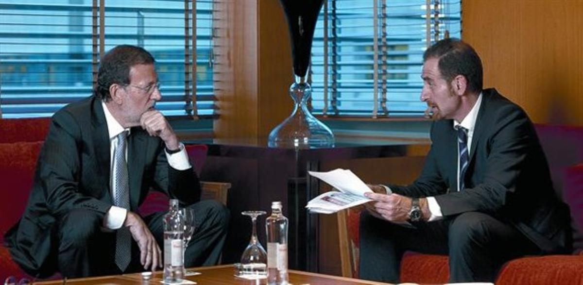 Mariano Rajoy y el director de EL PERIÓDICO, Enric Hernàndez, durantela entrevista.