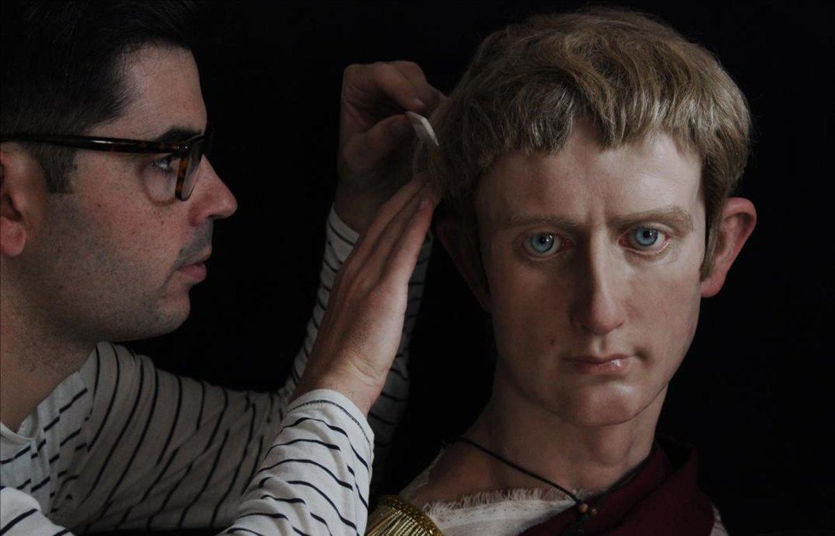 Augusto redivivo, a la derecha, flacucho y bajito como era, recibe los últimos retoques de Salva Ruano.