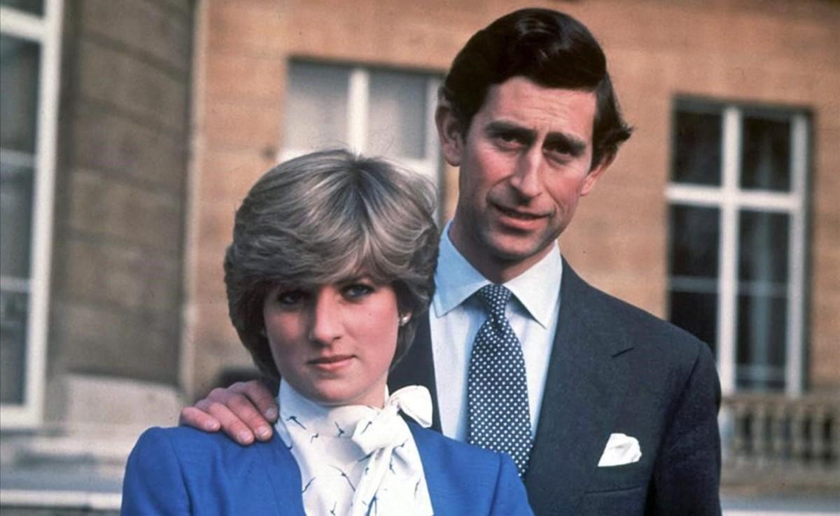 Diana Spencer y Carlos de Inglaterra, el día en que se anunció el compromiso de boda. Primavera de 1981.