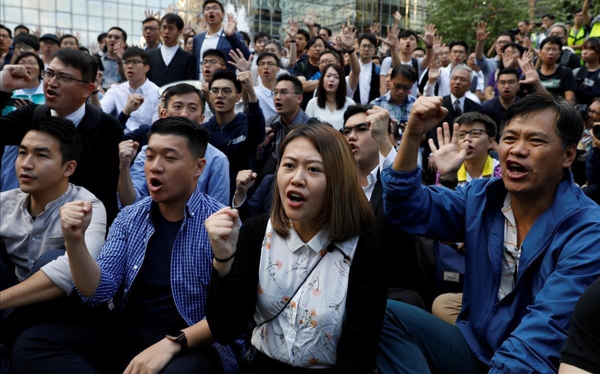 Manifestación por la victoria electoral en Hong Kong de los candidatos prodemocráticos.