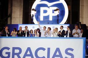 Mariano Rajoy, arropado por su equipo, saluda a sus seguidores la noche del 26-J