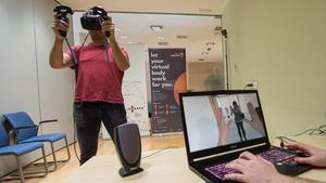 Un hombre se percibe en el Clínic como una mujer, en una prueba de realidad virtual.