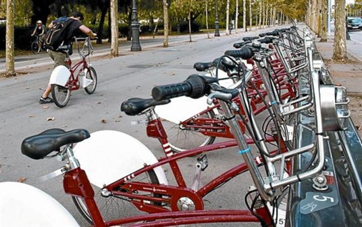 Un usuario del Bicing inicia la marcha tras coger una bicicleta,en una de las estaciones del servicio instalada en la avenida de la Diagonal.