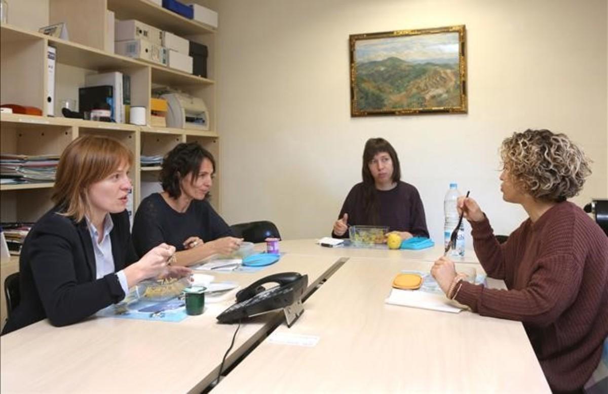 Cuatro de las trabajadoras del ayuntamiento que comen en la sede consistorial dentro de la jornada laboral.