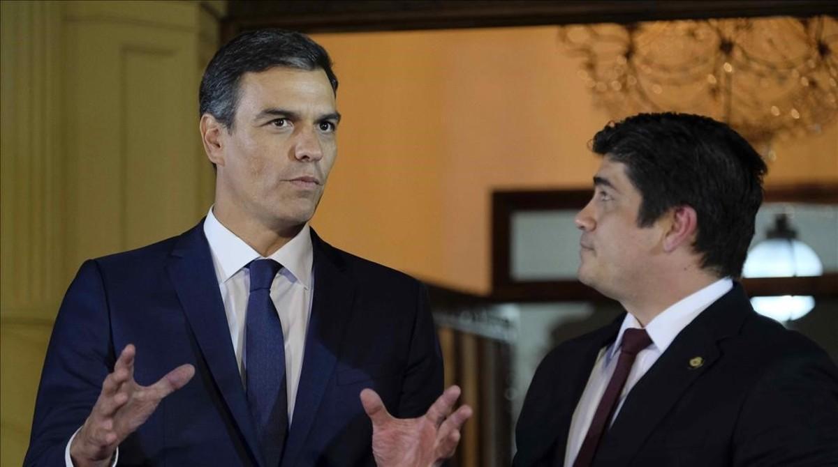 Pedro Sánchez, junto al presidente de Costa Rica, Carlos Alvarado.