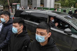 Miembros del equipo de la OMS abandonan este lunes un centro de control y prevención de enfermedades en Wuhan.