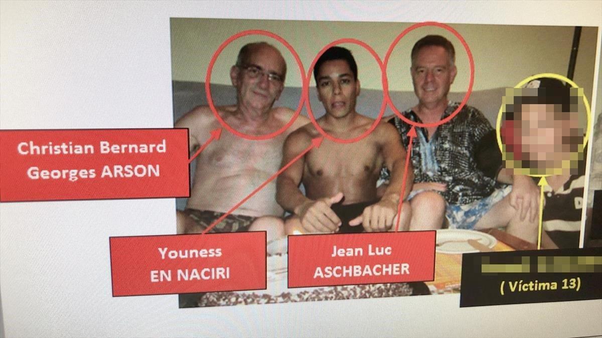 Los tres líderes de la red junto a una víctima en una imagen recuperada por los Mossos.
