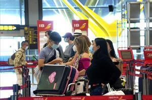 Primer día laborable tras la finalización del estado de alarma por el covid-19 , en la imagen ambiente en la T4 del aeropuerto Adolfo Suarez Madrid-Barajas.